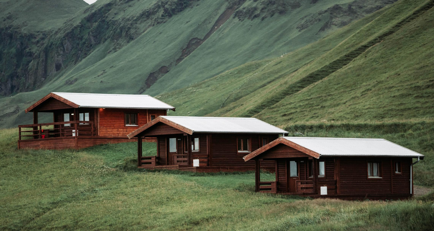 A photo of small dwellings is used to illustrate the topic of building a guest house.