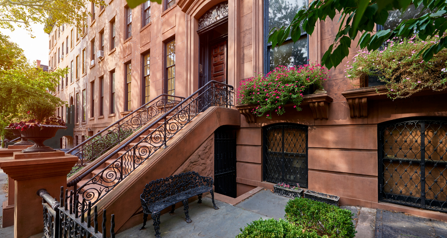 An image of a brownstone used to demonstrate what a brownstone is.