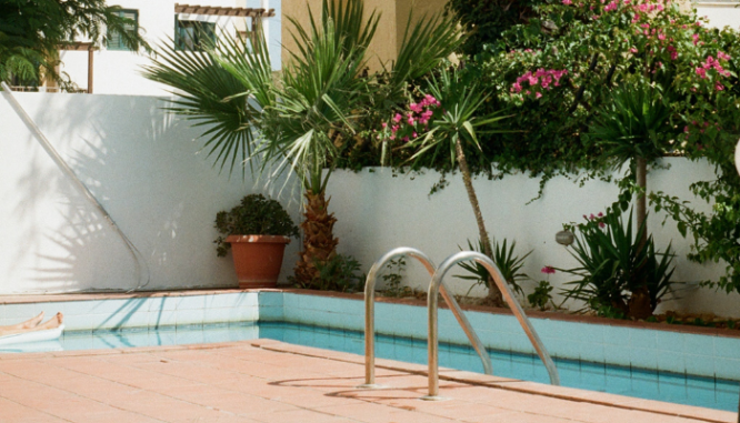 A pool outside a home that has been maintained.
